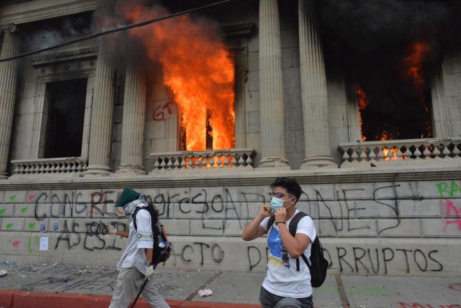 Presuntos manifestantes incendiaron el Palacio Legislativo durante la manifestación en contra del presidente Alejandro Giammattei del sábado 21 de noviembre. (Foto: Archivo/Soy502)