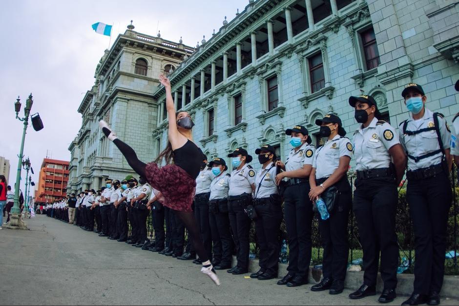 La joven guatemalteca acudió con su atuendo de balletista a la Plaza Central durante la protesta #21N. (Foto: Joshua Paolo Sarti y Allan Velásquez/Fototeca)
