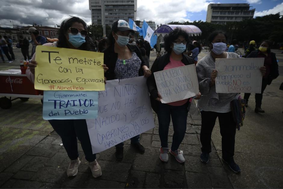 Un grupo de personas se reunieron en la Plaza de la Constitución este lunes 23 de noviembre. (Foto: Wilder López/Soy502)