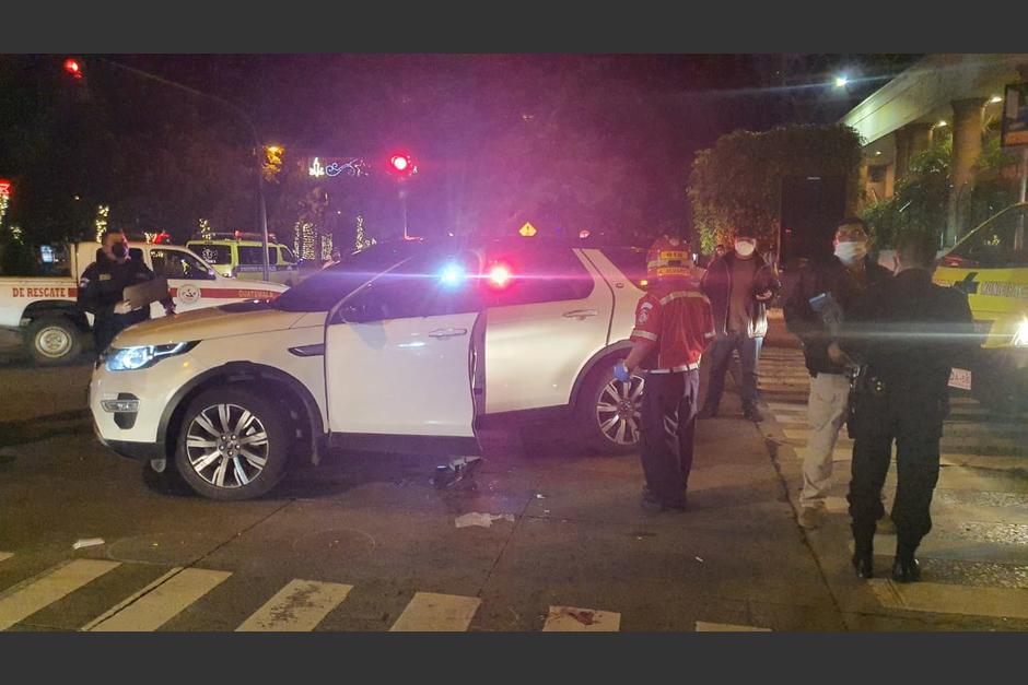 El carro de Otto Gómez quedó en la zona 10 capitalina con varias perforaciones de bala. (Foto: Bomberos Municipales)