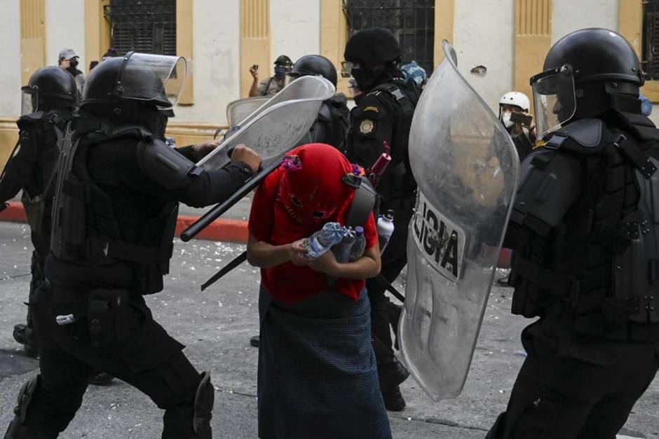 Decenas de personas fueron agredidas por agentes de la PNC durante la manifestación del sábado 21 de noviembre. (Foto: Archivo/Soy502)