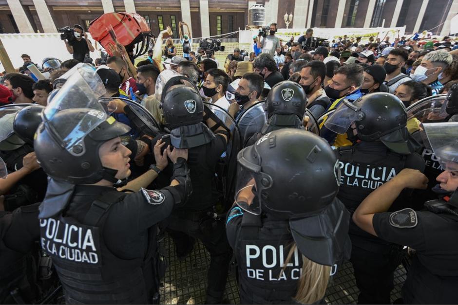 Las autoridades utilizaron la fuerza para alejar a los fanáticos de Maradona. (Foto: AFP)