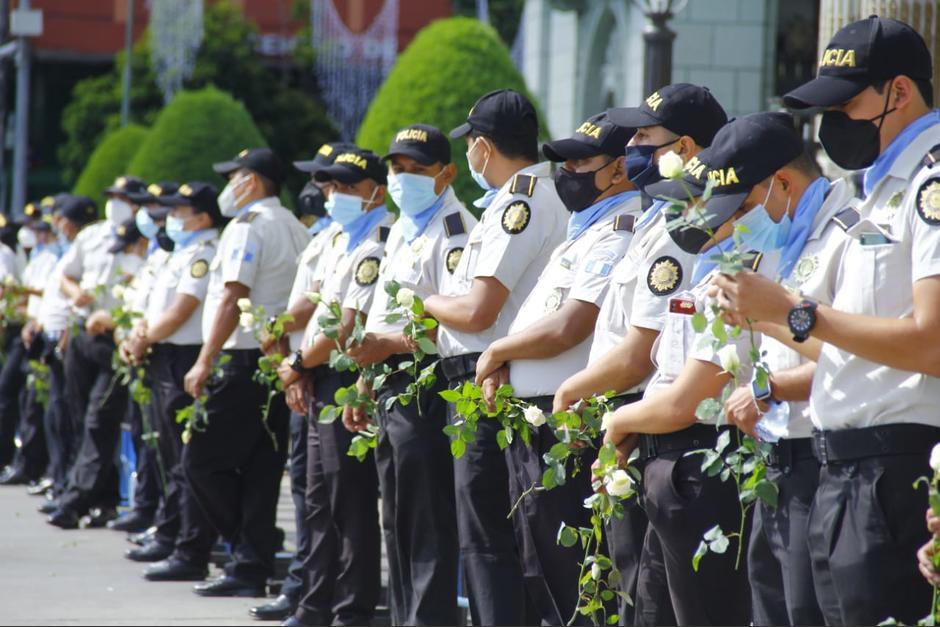 Policías en el Palacio portan rosas para entregar a manifestantes - Soy502
