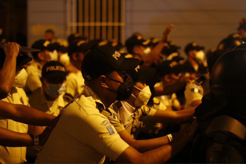 Los agentes sin armas se escudaron detrás de los agentes antidisturbios. (Foto: Alexis Batres/Soy502)