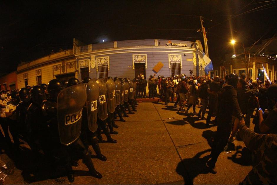La situación se complicó tras la llegada de un grupo que quemó un Transurbano en la Plaza. (Foto: Alexis Batres/Soy502)