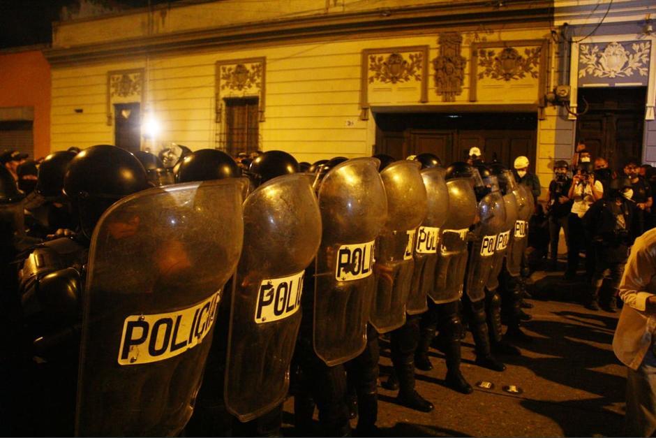 Los antidisturbios llegaron en apoyo a sus compañeros. (Foto: Alexis Batres/Soy502)