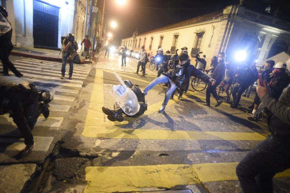 Algunos agentes tropezaron al retroceder y fueron agredidos. (Foto: Wilder López/Soy502)
