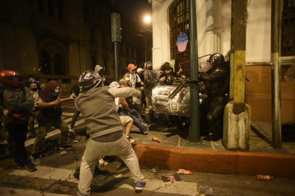 Los supuestos manifestantes utilizaron varios objetos para golpear a los agentes antidisturbios. (Foto: Wilder López/Soy502)