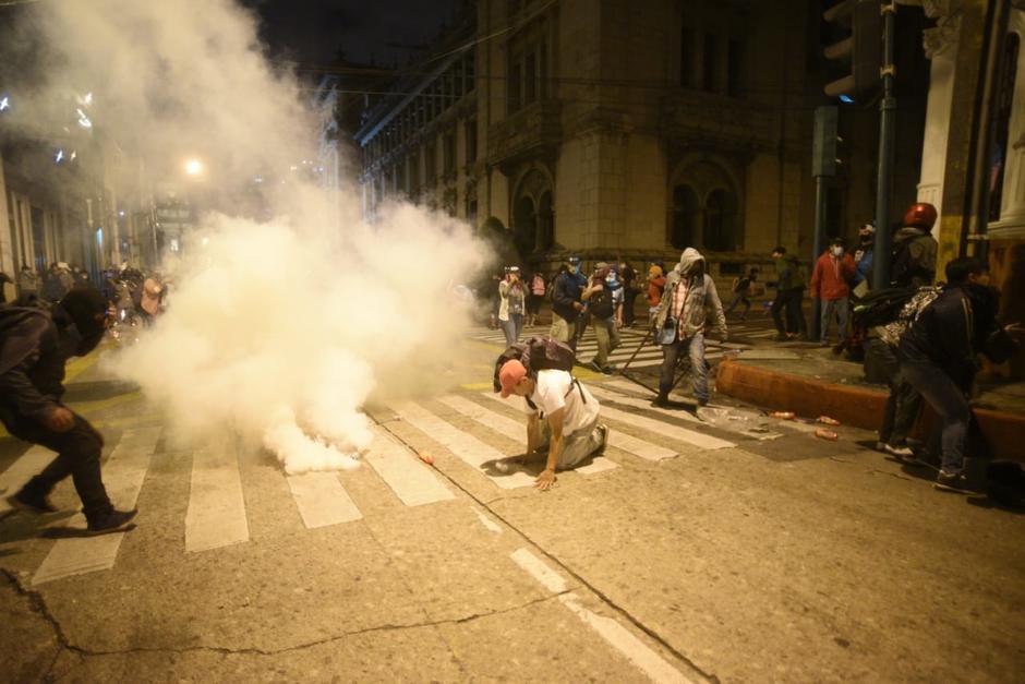 Los agentes de PNC respondieron con gases lacrimógenos. (Foto: Wilder López/Soy502)