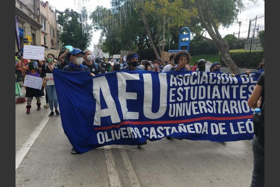 Estudiantes se acercan a la Plaza de la Constitución. (Foto: Jessica Gramajo /Soy502)
