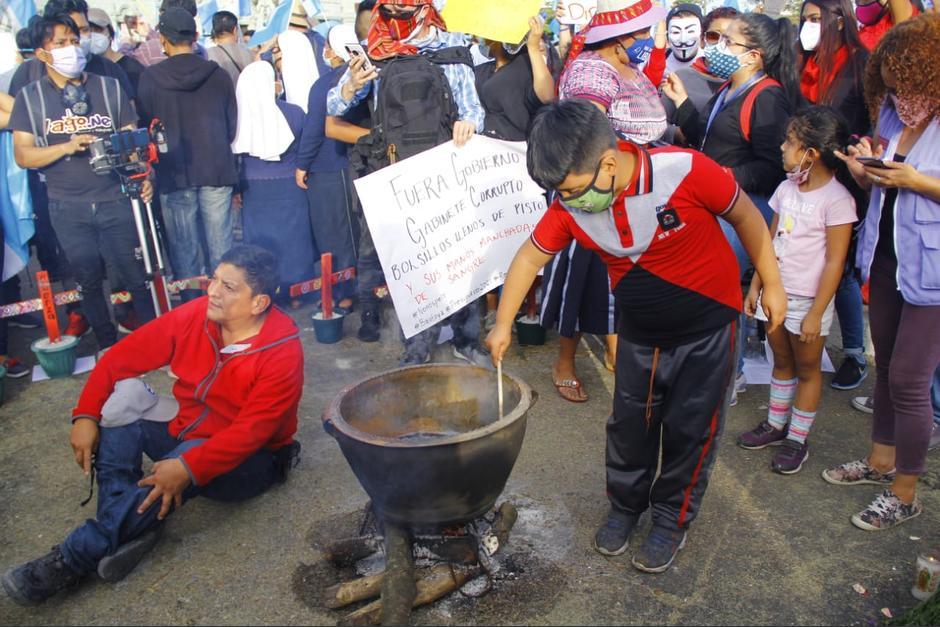 Manifestación: Preparan frijoles en la Plaza de la Constitución