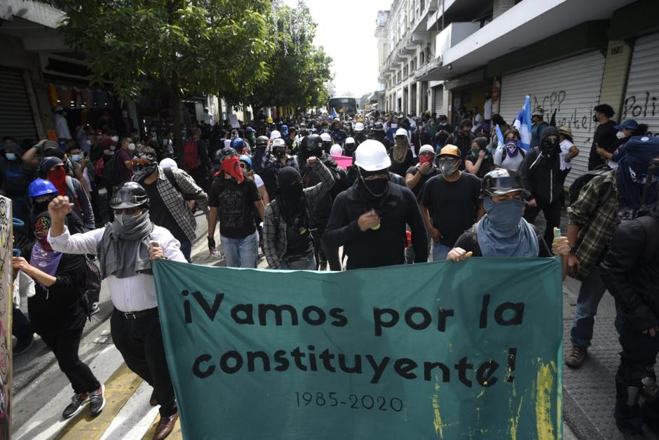 Varios manifestantes se movilizan por el Paseo de la Sexta. (Foto: Wilder López/Soy502)
