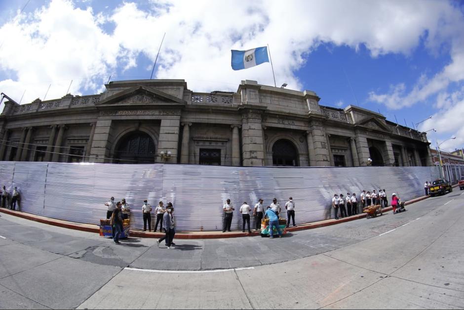 Las láminas fueron colocadas entre la noche del viernes y las primeras horas de este sábado. (Foto: Alexis Batres/Soy502)