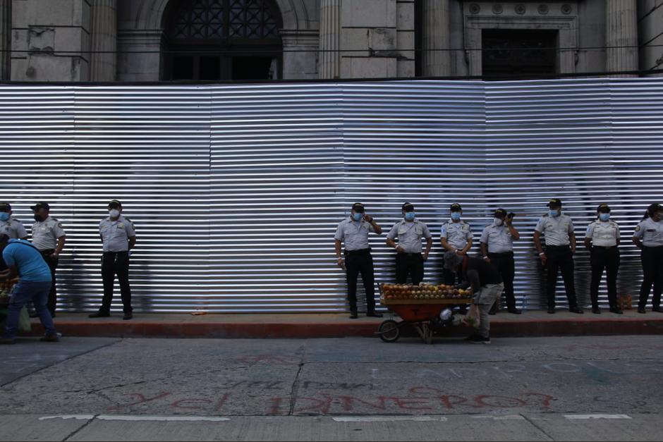 Agentes de PNC resguardan el Congreso. (Foto: Alexis Batres/Soy502)
