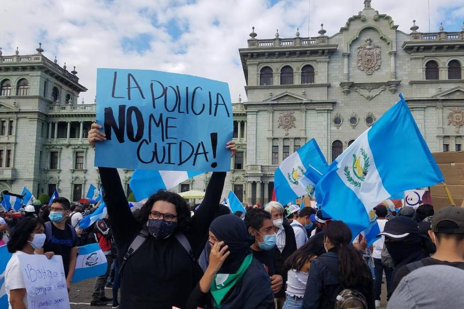 Elementos de la Policía Nacional Civil se encuentran en la Plaza de la Constitución con rosas para dar a la población, algo que los manifestantes rechazan. (Foto: Alexis Batres/Soy502)