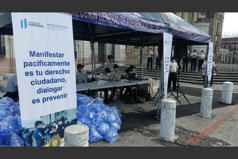 La PNC se ha hecho presente desde ya en la Plaza de la Constitución. (Foto: Jessica Gramajo/ Soy502)