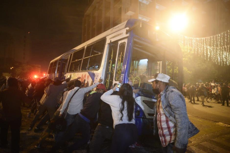 El grupo de jóvenes que se infiltró en la manifestación pacífica incendió un bus de Transurbano e intentó volcarlo. (Foto: Wilder López/Soy502)