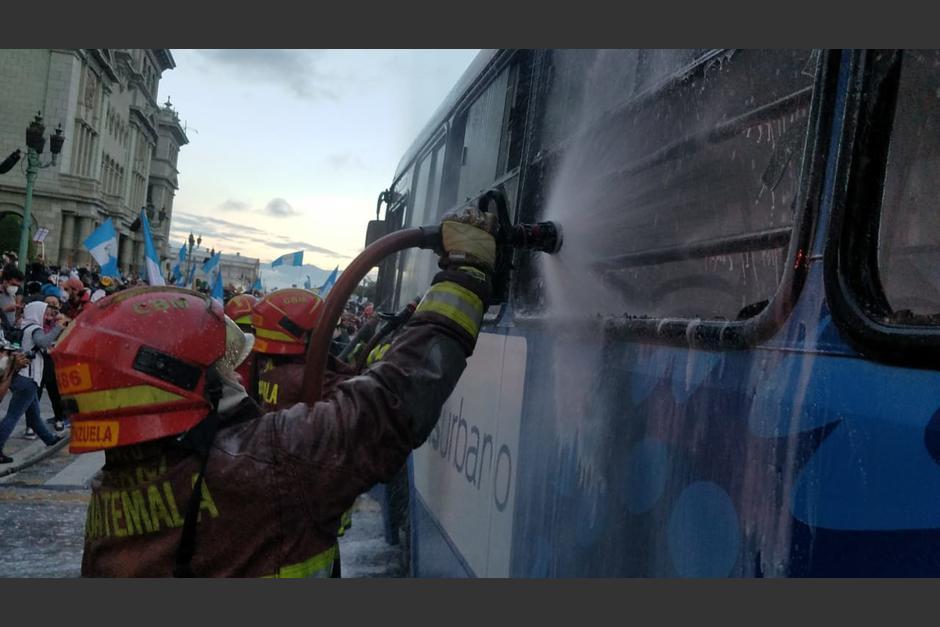 Los bomberos estaban cerca y lograron apagar las llamas en cuestión de minutos. (Foto: Jessica Gramajo/Soy502)