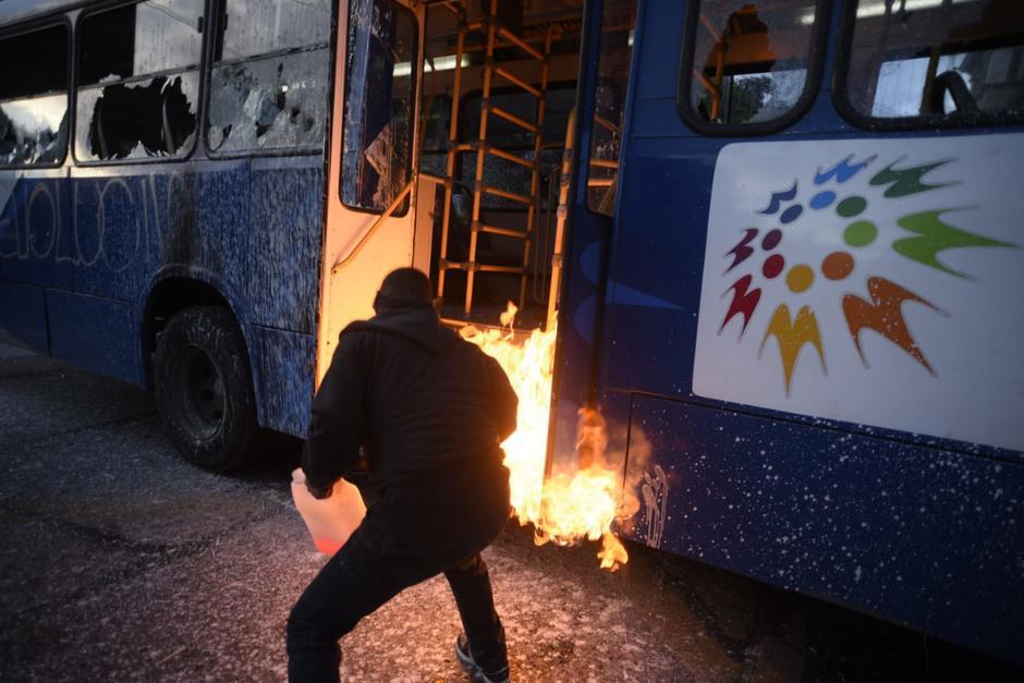 VIDEOS: El grupo que volvió tensa la manifestación en la Plaza