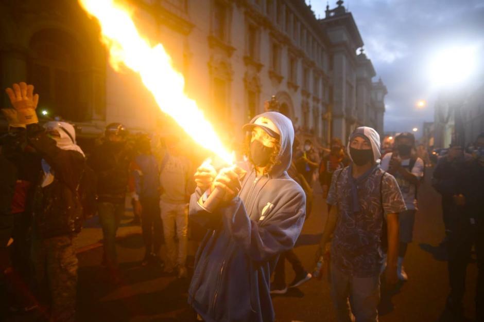 Un grupo de supuestos manifestantes llegó a la protesta, al final de la tarde, y provocó disturbios en la Plaza. (Foto: Wilder López/Soy502)
