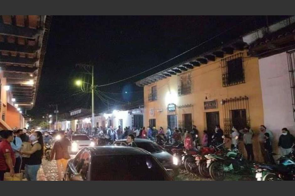 Usuarios en las redes sociales reportaron aglomeraciones en varios comercios y restaurantes. (Foto: Jorge Guerra/Twitter)