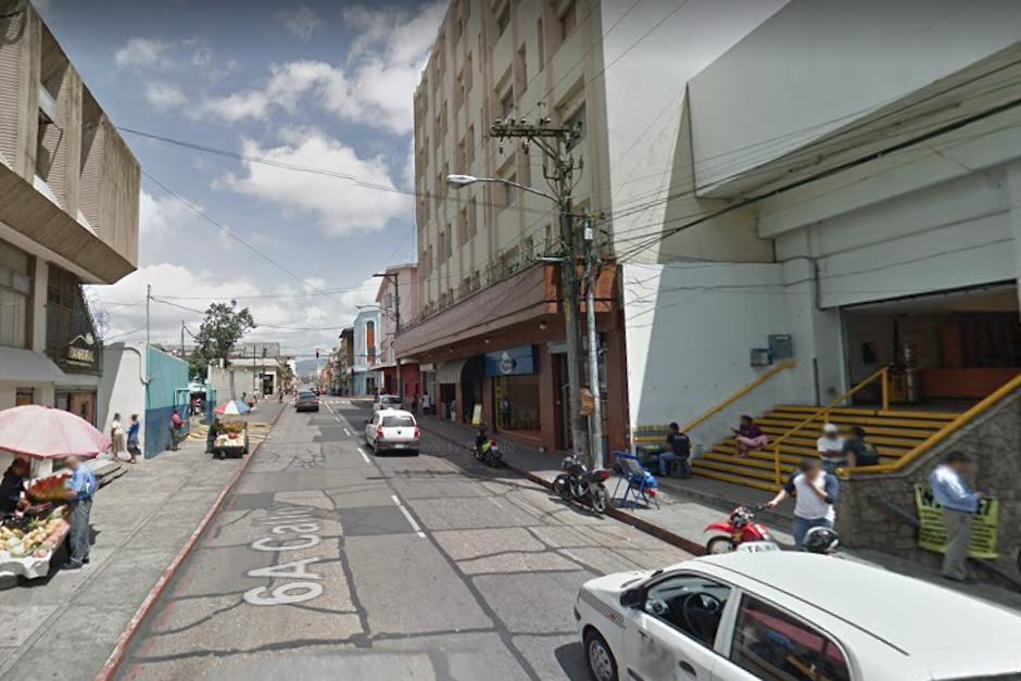 Un video muestra a seis hombres y una mujer acercarse a un vehículo que estaba detenido en el tráfico (Foto: Google Maps)