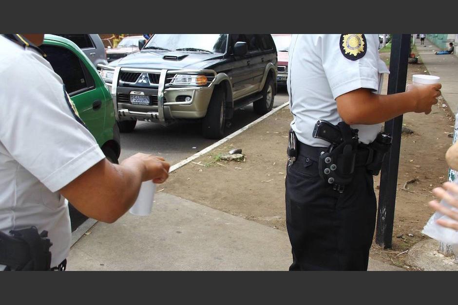 Agentes de la PNC son grabados cuando aparentemente reciben un soborno en Escuintla. (Foto: Archivo/Soy502)