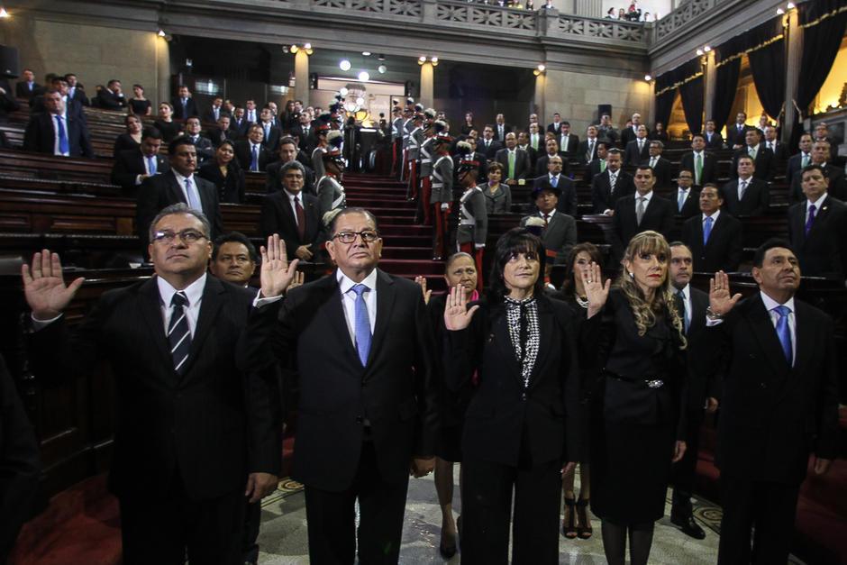 Al frente, de izquierda a derecha: Bonerge Mejía, fallecido por Covid-19; Neftaly Aldana, suspendido por el IGGS; Gloria Porras, Dina Ochoa y José de Mata Vela, los cinco magistrados titulares de la CC. Atrás, en medio, Consuelo Porras, que dejó su magistratura suplente para asumir como Fiscal General. (Foto: archivo/Soy502)