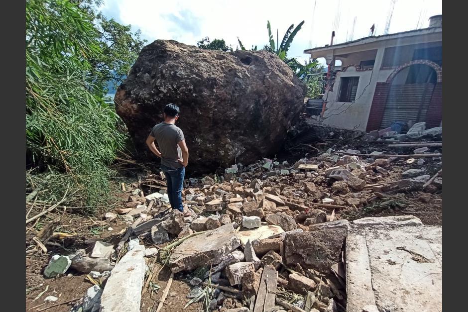 Vecino observa la magnitud de la roca que destruyó seis viviendas y otras más quedaron con serios daños. (Foto: Wilder López/Soy502)