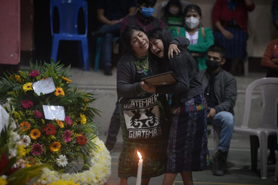 Madre e hija lloran desconsoladas por el fallecimiento de su padre, Narciso Puzul Mendoza, una de las víctimas del deslizamiento en San Marcos La Laguna, Sololá. (Foto: Wilder López/Soy502)