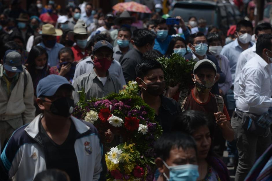 Decenas de personas participaron en la despedida de las víctimas de la tragedia de San Marcos La Laguna, Sololá. (Foto: Wilder López/Soy502)
