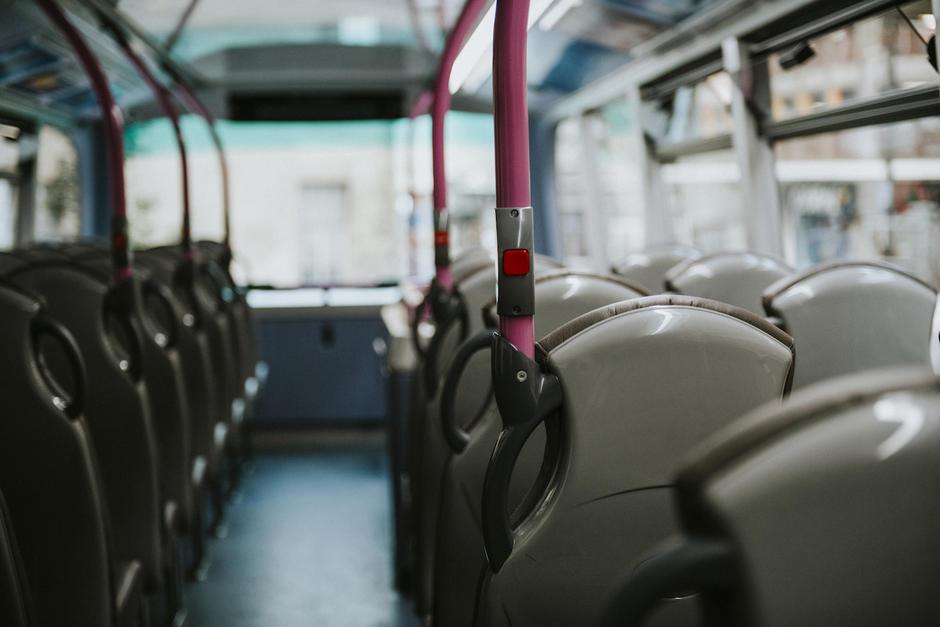 El reglamento establece que todo vehículo que transporte pasajeros debe contar con seguro obligatorio de responsabilidad civil. (Foto: Freepik)