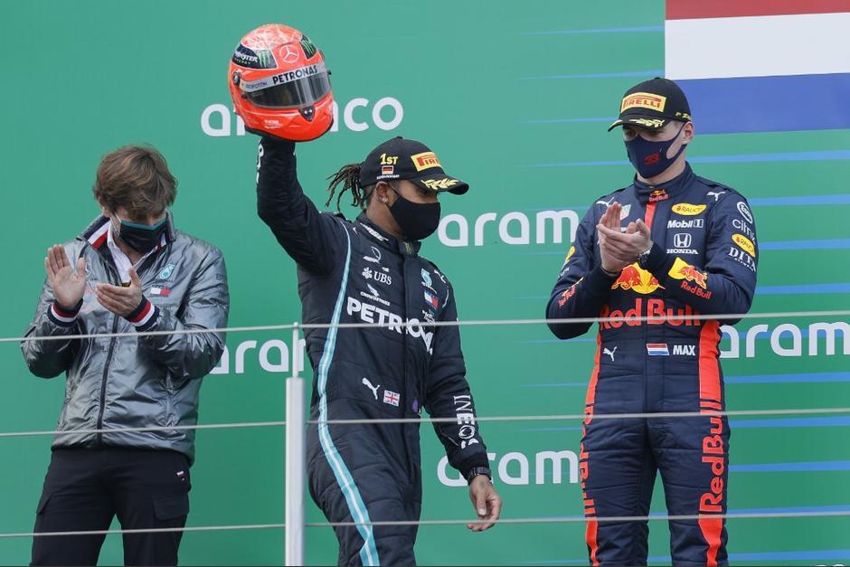 """Mick Schumacher le entregó el casco de Michel Schumacher a Hamilton tras igualar el récord de """"Schumi"""". (Foto: AFP)"""