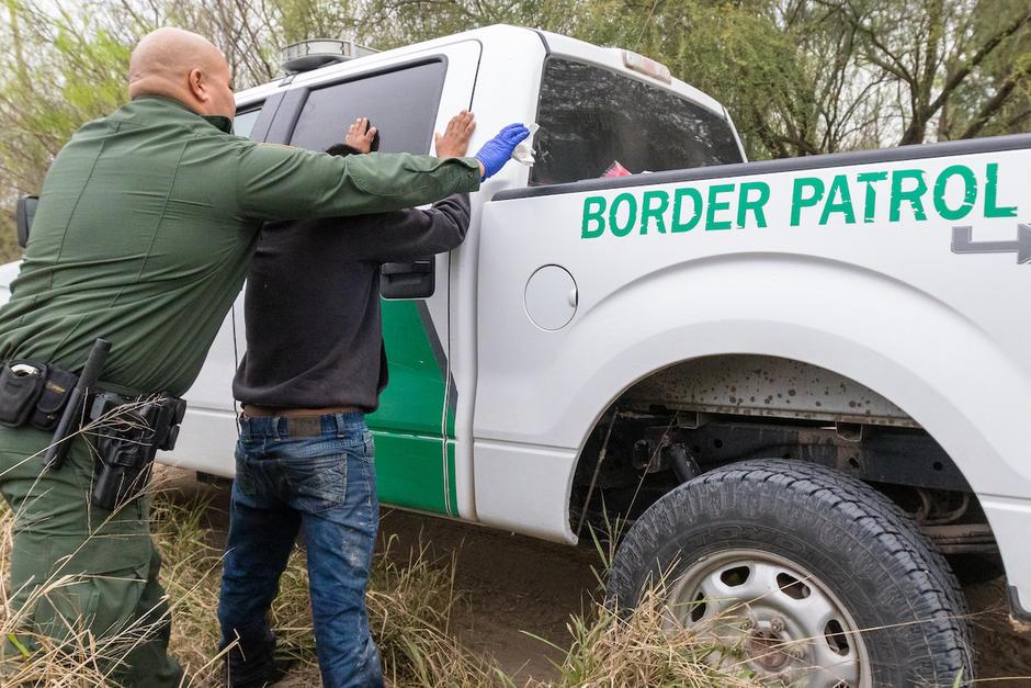 Agentes de aduana de EE.UU. participaron en la detención y deportación de la Caravana de Migrantes. (Foto: Jessica Gramajo/Soy502)