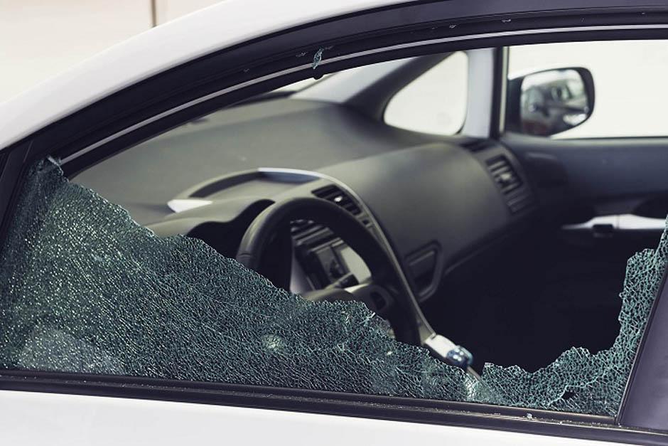 Un agente de la PNC de descanso repelió a un grupo de robacarros. (Foto con fines ilustrativos/CarGlass.com)