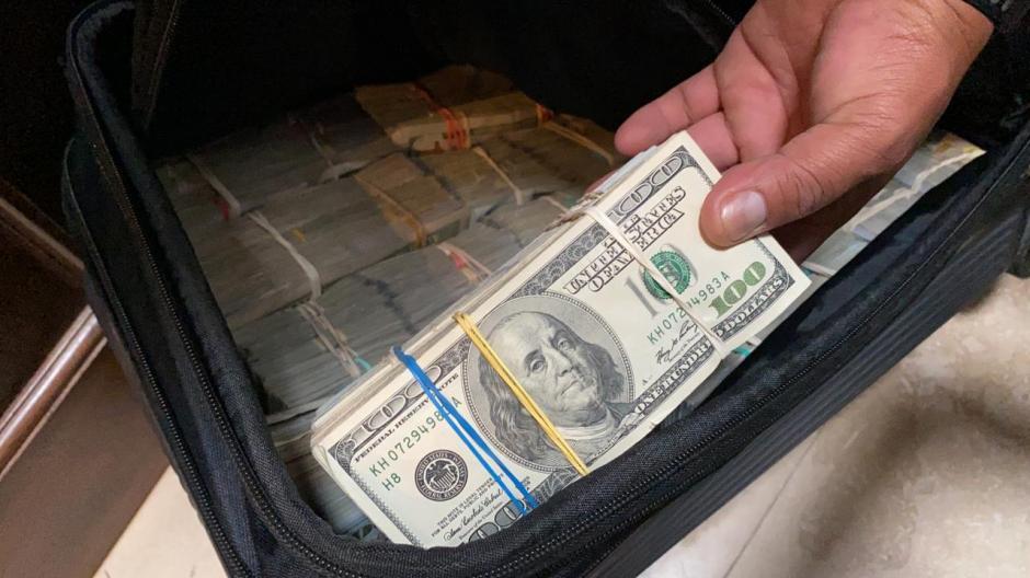 Fajos con dinero en dólares, euros y quetzales se decomisaron. (Foto: MP)