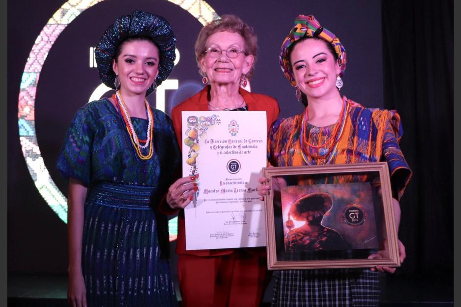 La actriz durante un reconocimiento entregado en la dirección de Correos y Telégrafos. (Foto: Facebook María Teresa Martínez)