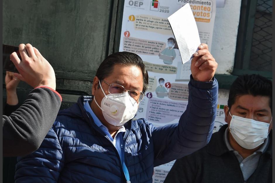 Luis Arce en el momento de ejercer su voto. (Foto: AFP)
