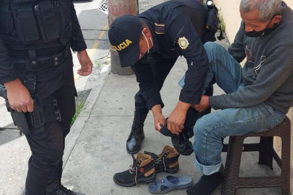 Agenes de la PNC apoyaron a un abuelito que pedía alimento en las calles en San Marcos. (Foto: PNC Guatemala)
