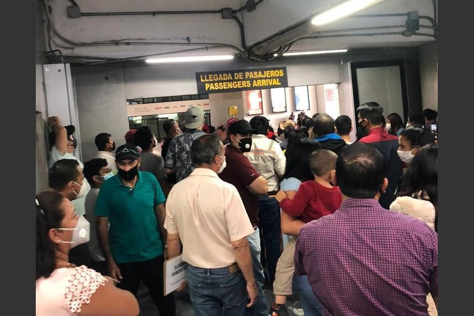 Usuarios reportaron aglomeraciones dentro del Aeropuerto Internacional La Aurora. (Foto: Cortesía)