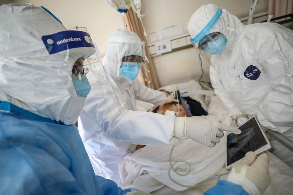 La ministra de Salud, Amelia Flores, y el jefe de la Coprecovid, Edwin Asturias, ofrecieron una conferencia de prensa. (Foto: AFP)