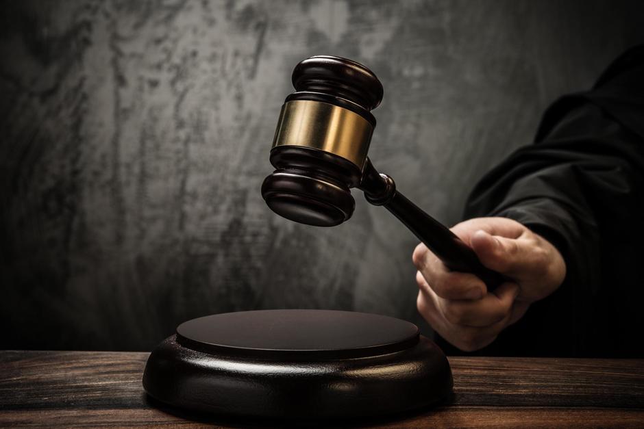 Un tribunal condenó a un hombre a 33 años de prisión por asesinar a su expareja. Además, deberá pagar una multa y construir un monumento en memoria de su víctima. (Imagen con fines ilustrativos. Foto: Shutterstock)
