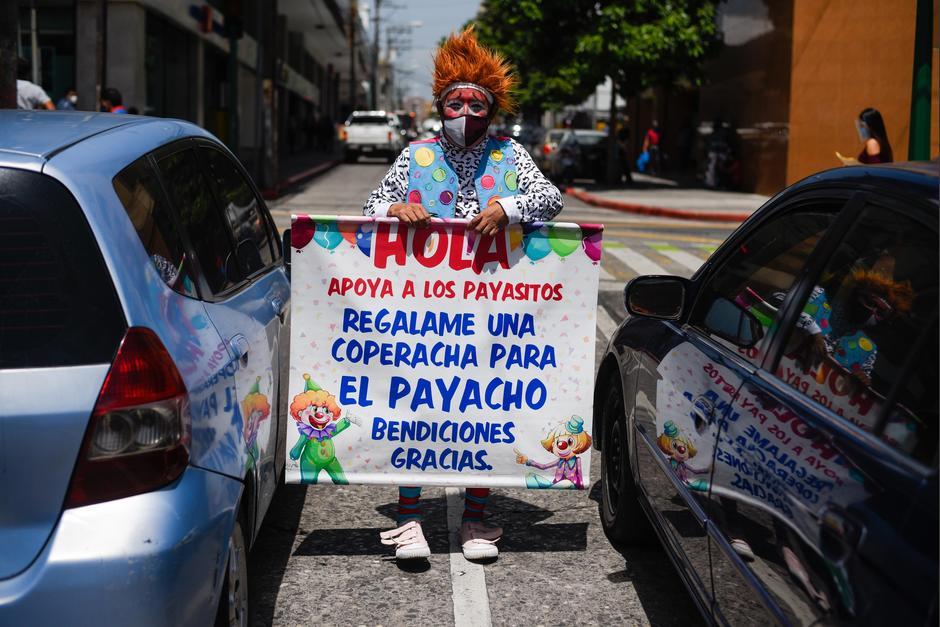 El artista solicita apoyo a los automovilistas que transitan en la zona 1. (Foto: Wilder López/Soy502)
