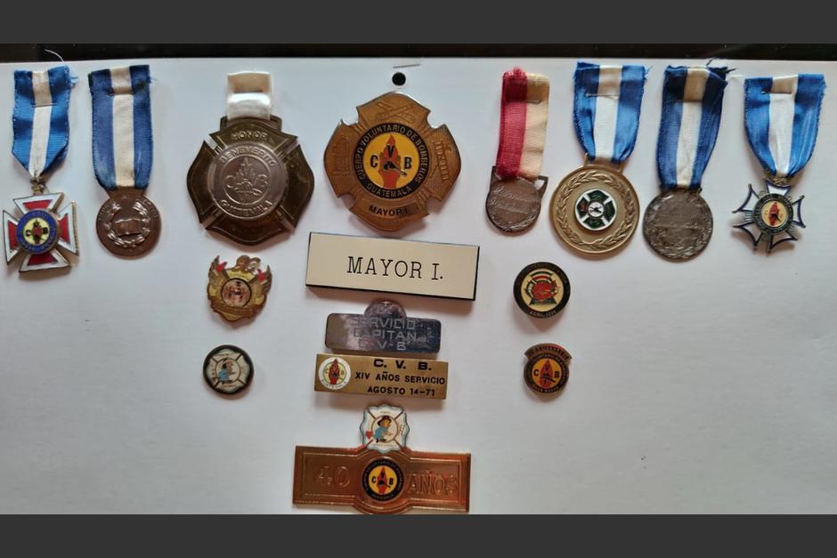 Varios de los reconocimientos del Bombero Voluntario. (Foto: Cortesía/Soy502)