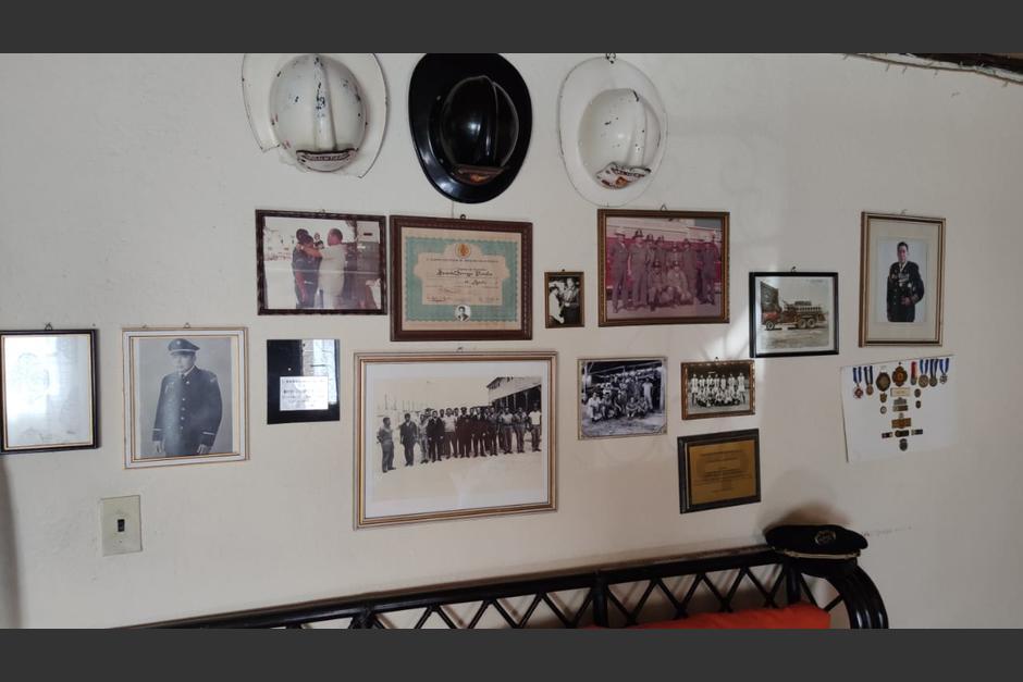 En su pared figuran varios recuerdos de cuando ejerció como bombero. (Foto: Cortesía/Soy502)