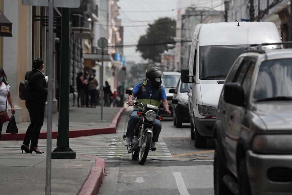 La PMT recibió denuncia por un motorista que viste chaleco con logo de la Municipalidad de Guatemala y circula en ciclovía. (Foto: Danilo Ramírez)