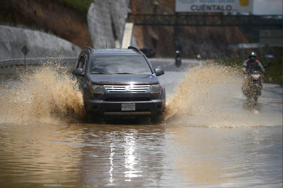 Una nueva inundación se registra en el kilómetro 58 del Libramiento de Chimaltenango. (Foto: Wilder López/Soy502)