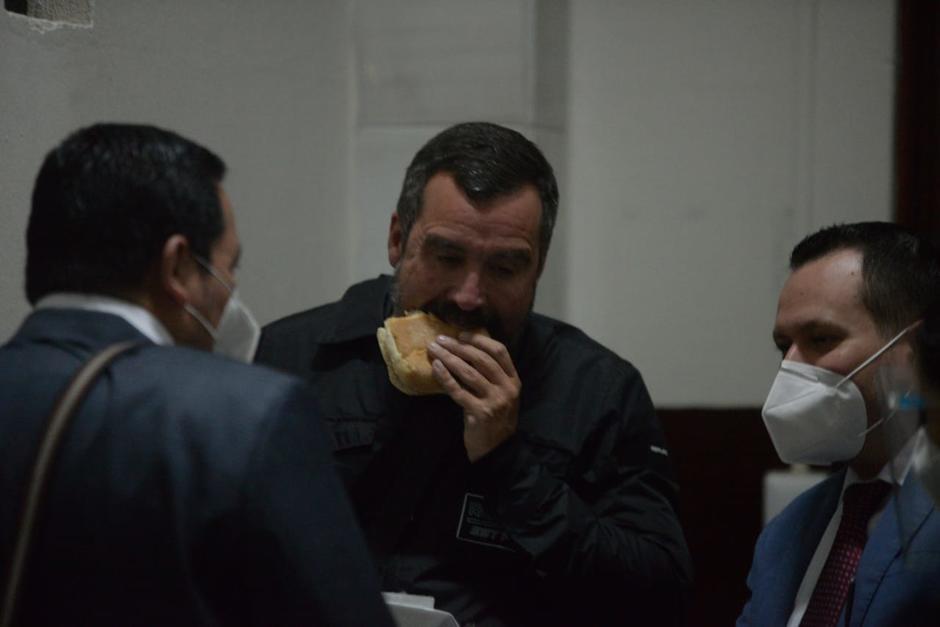 Sinibaldi se alimenta al terminar el segundo día de audiencia del caso Cooptación del Estado. (Foto: Wilder López/Soy502)