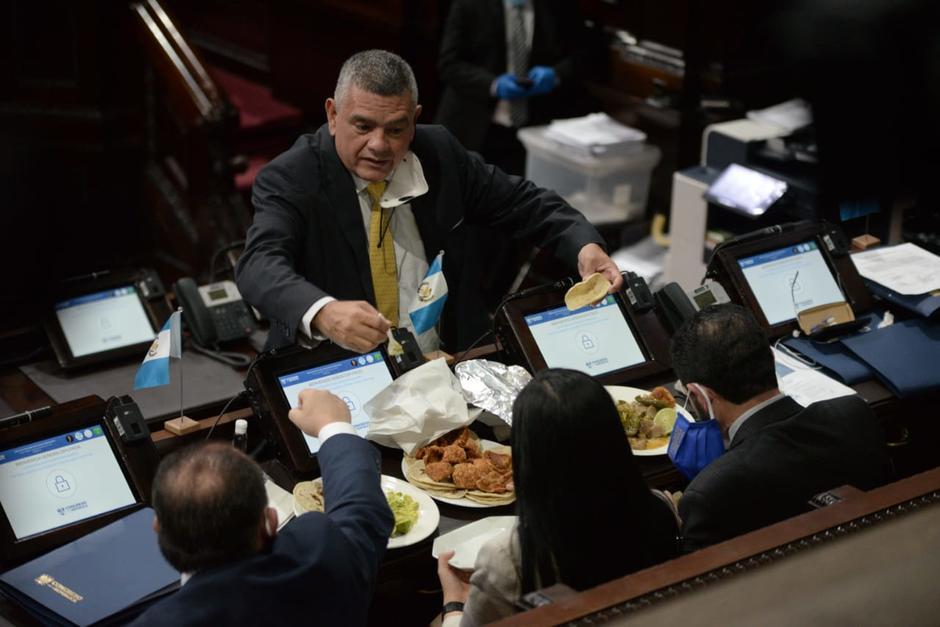 Los chicharrones y carnitas fueron la entrada del almuerzo de varios diputados. (Foto: Wilder López/Soy502)