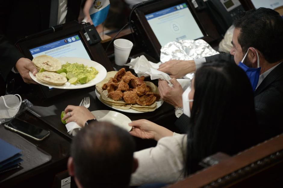 Algunos legisladores han optado por no recibir las bolsas con comida que reparten los trabajadores del Congreso. (Foto: Wilder López/Soy502)